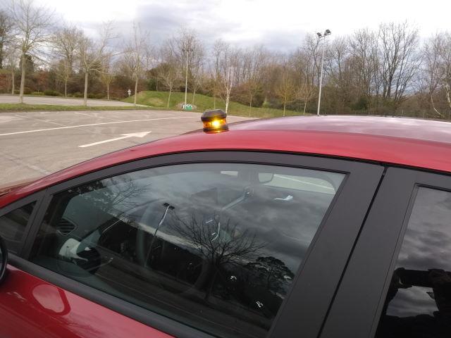 Baliza V16 luz de emergencia SoSTraffic puesta en el coche