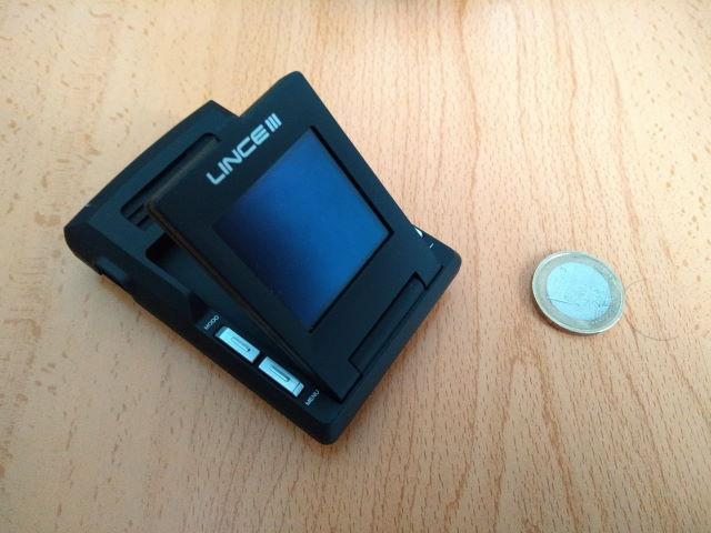 Avisador de radares Lince III: Imagen de producto y comparativa de tamaño