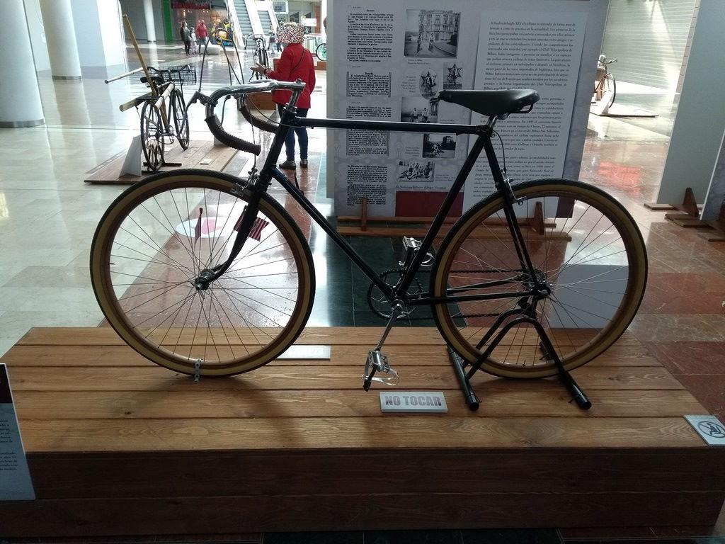 Exposición sobre la historia de la bicicleta en Ballonti (Barakaldo)