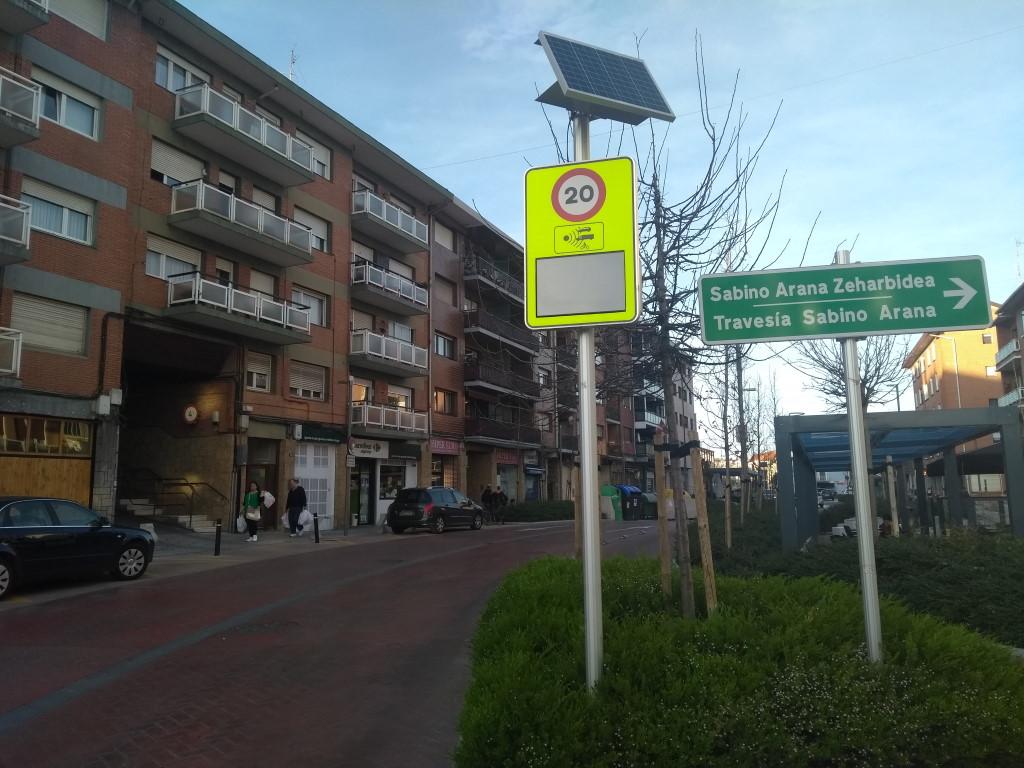 Panel informativo de velocidad en Berango (Bizkaia) puesto en zona de 20 km/h