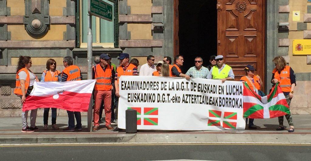Examinadores de la DGT de Euskadi en lucha